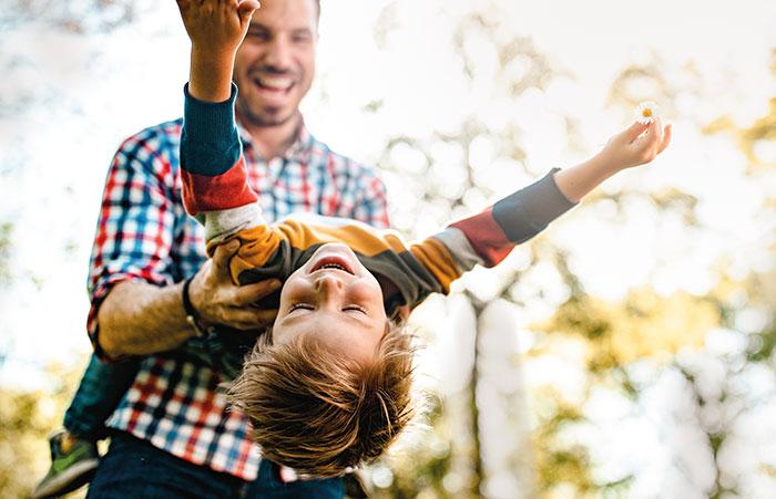 Eltern knutschen Ihr Kind auf die Wangen