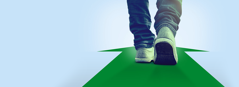 Beine auf einem grünen Pfeil.